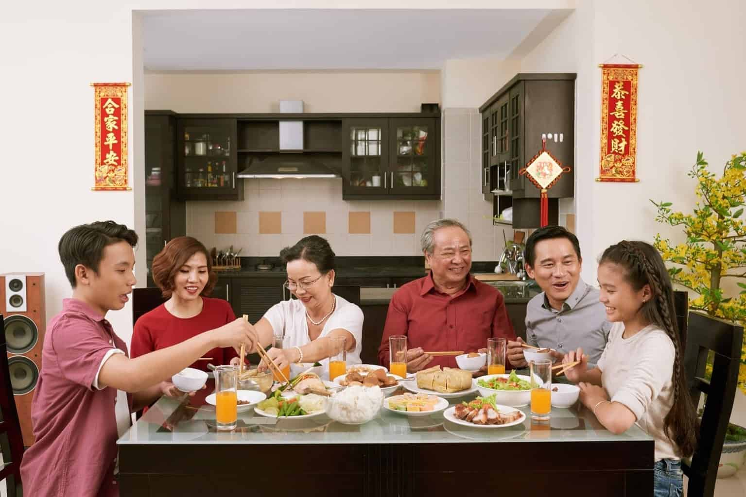 parenting tips - family eating together